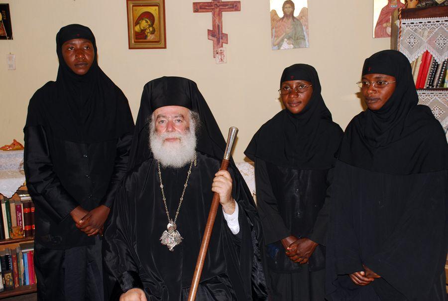 Ο Μακ. Πατριάρχης με τις μοναχές της Μονής Οσίας Μαρίας
