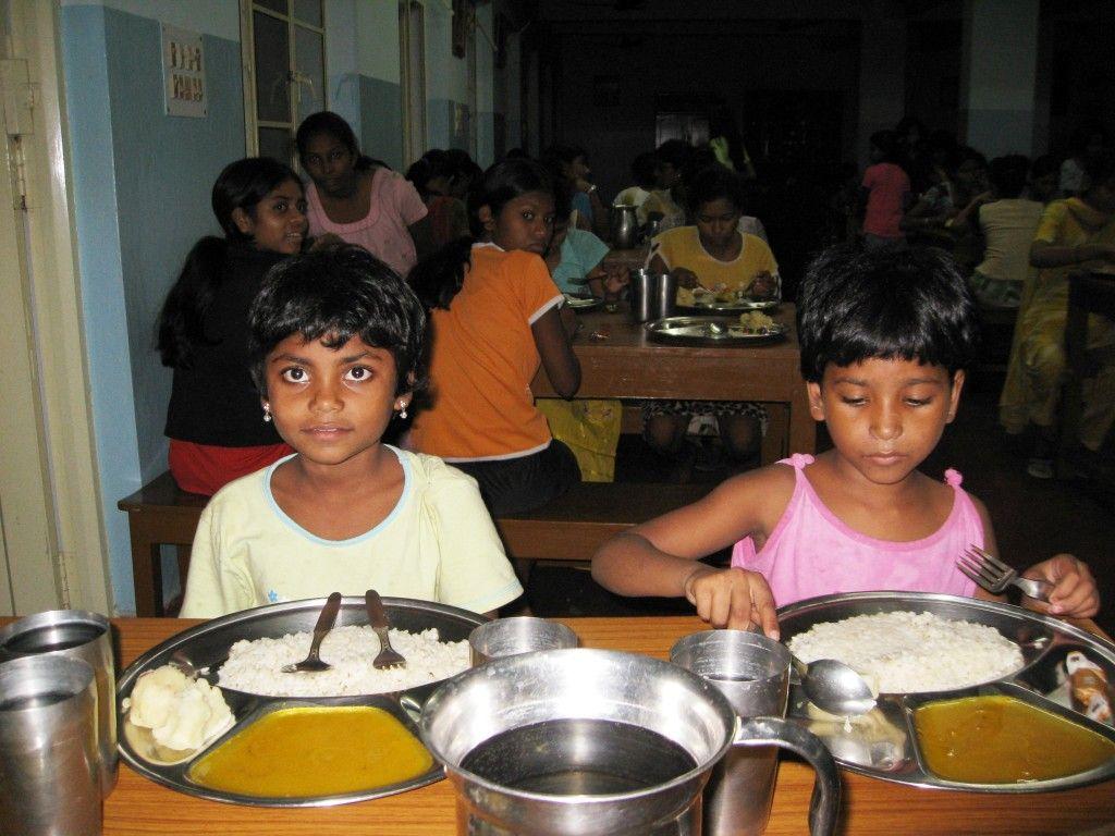 Γεύμα στο Ορφανοτροφείο Θηλέων