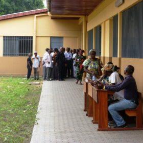Οι Κονγκολέζοι περιμένουν υπομονετικά για να εξεταστούν