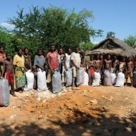Παράδοση ρουχισμού σε οικισμό της Τουλιάρα