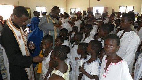 Ομαδικές βαπτίσεις στην Ακτή Ελεφαντοστού
