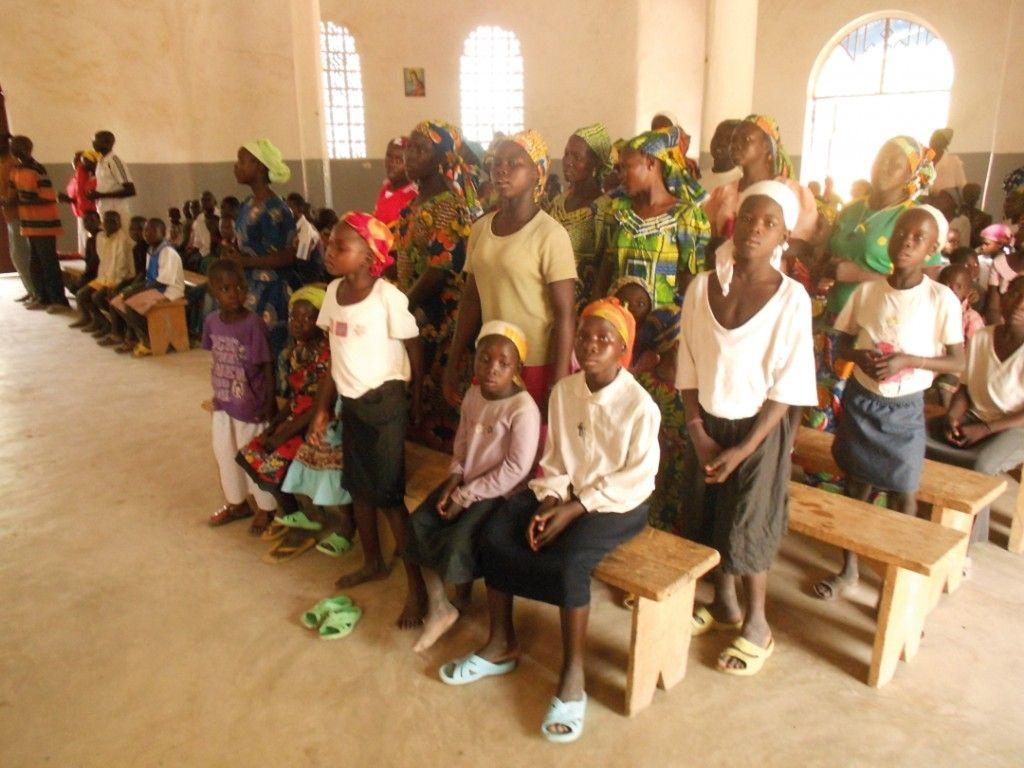 Παιδιά του Καμερούν κατηχούνται εντός του Ιερού Ναού