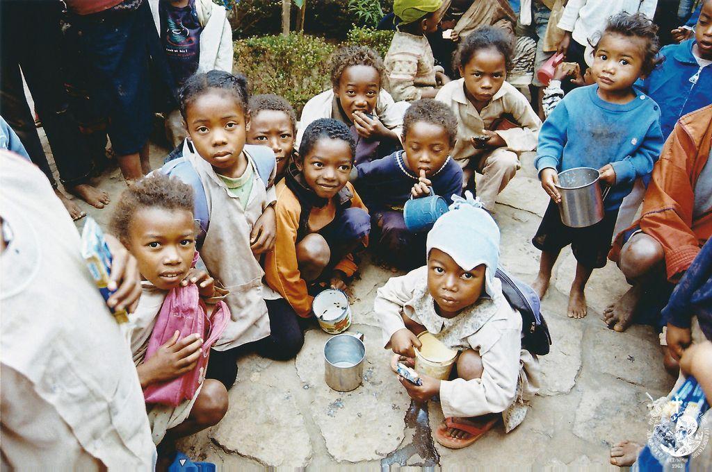 Συσσιτούντα παιδιά στο Ανταναναρίβο