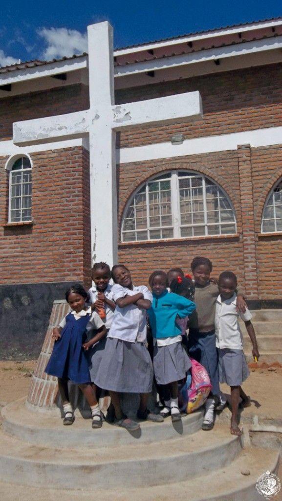 Ορθόδοξα παιδιά μπροστά από τον Ιερό Ναό της Αναστάσεως