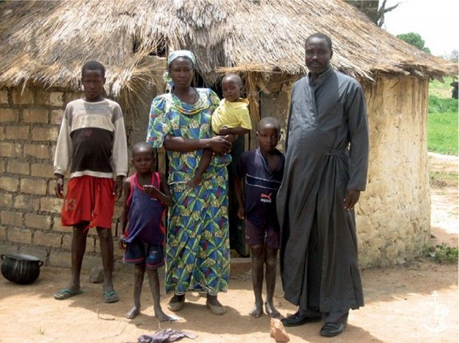 Ιερατική οικογένεια έξω από το καλύβι της