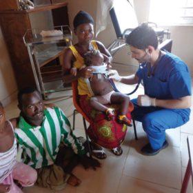 Διάφοροι εθελοντές επισκέπτες της Ιεραποστολής