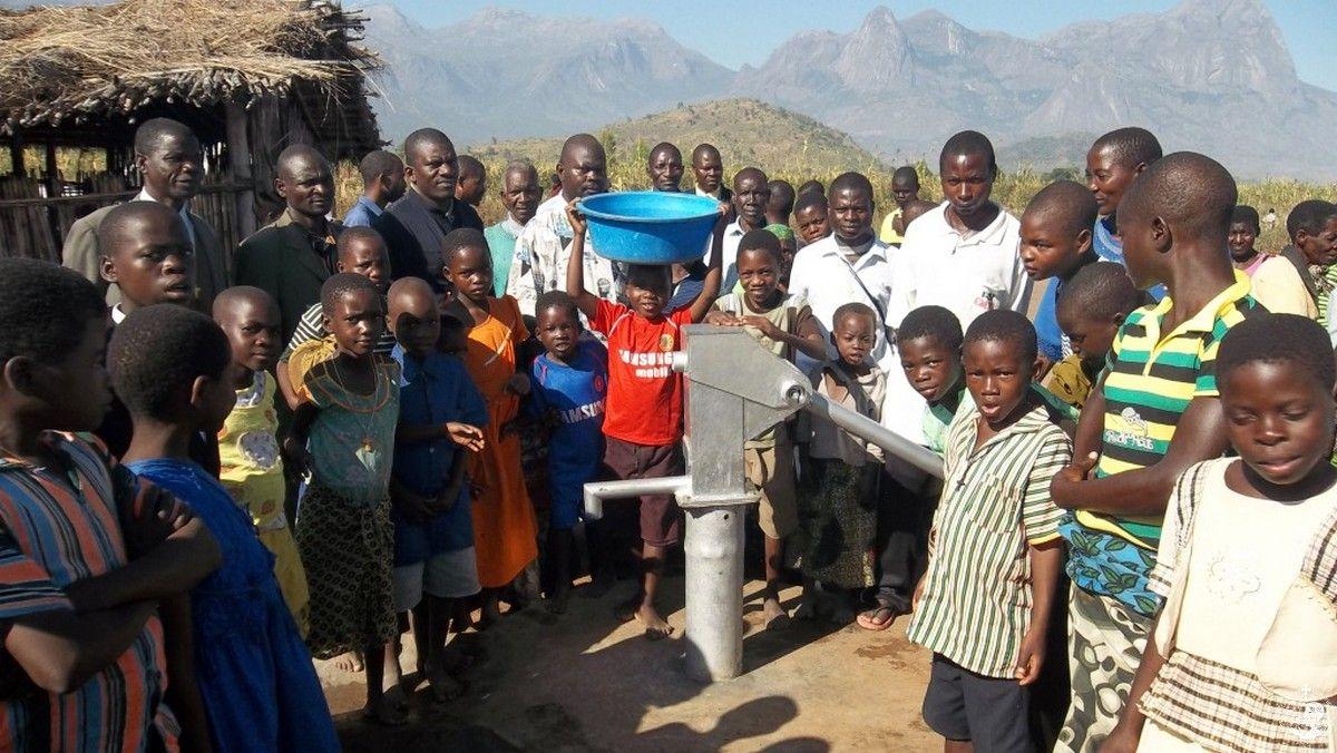 Ο πρώτος κουβάς με καθαρό νερό για τους κατοίκους του Likulezi, Malawi