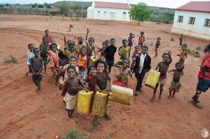 Τα παιδιά της μαδαγασκαρινής υπαίθρου υποδέχονται σαν ευλογία την υδροφόρα που τους στείλατε με την αγάπη σας