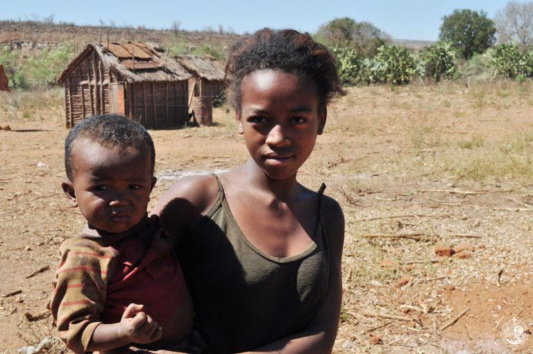 Νεαρή μητέρα και μωρό στη Μαδαγασκάρη