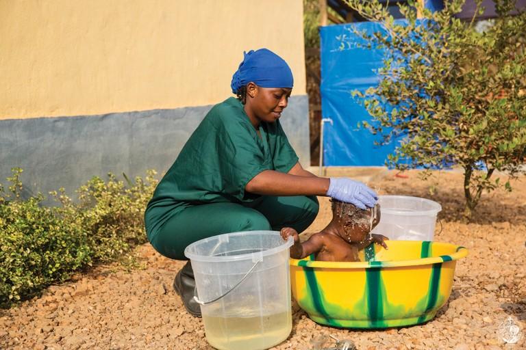 Απολύμανση βρέφους από την υπηρεσία πρόληψης κατά του Ebola (CC-BY United Nations Photo)